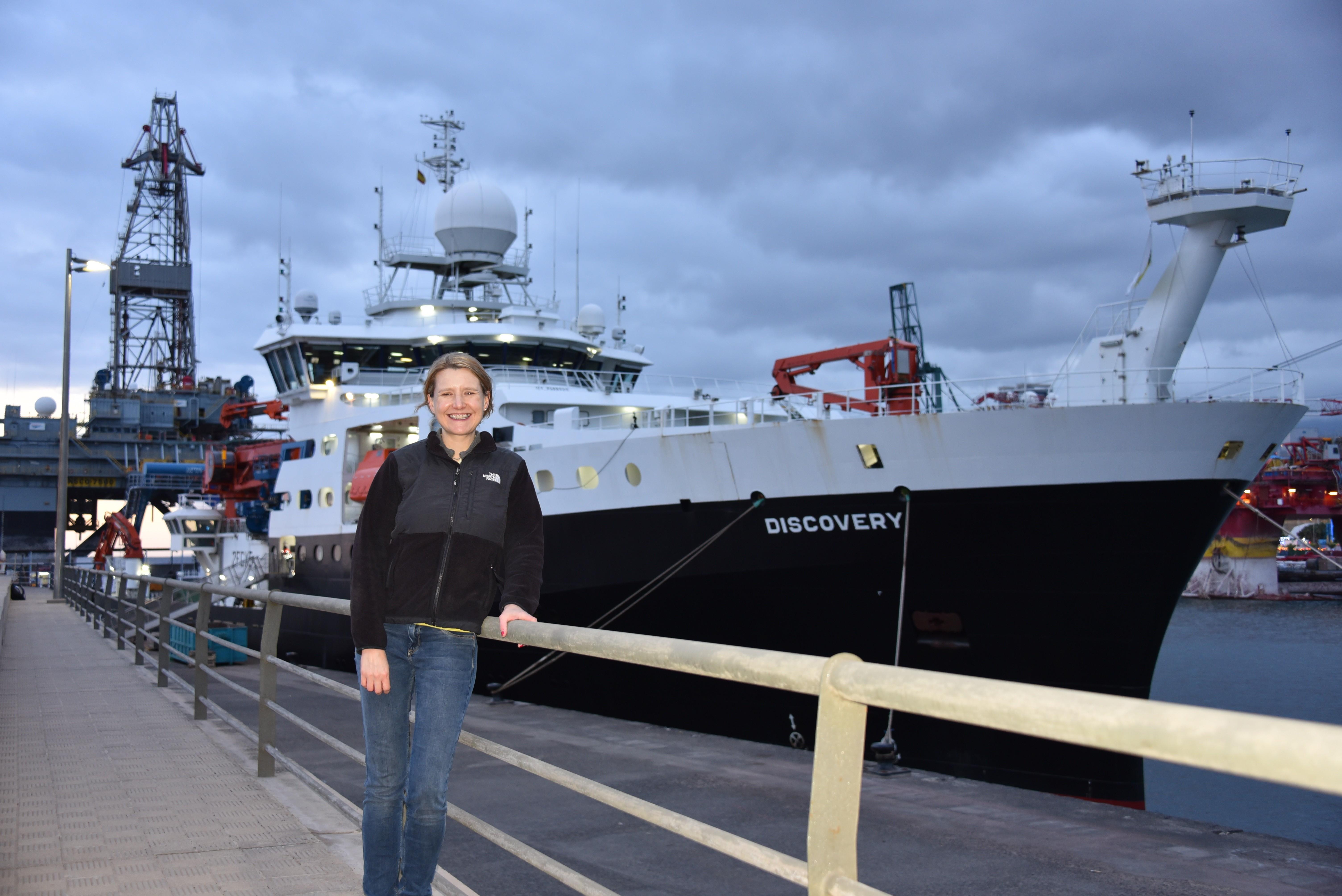 凯特·莱切尔特(Kate Rychert)博士正在大西洋海底进行地震实验,以更好地了解海床。  图片来源:Saikiran Tharimena