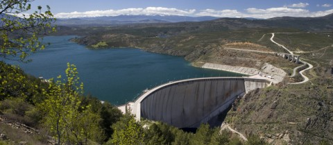 The STREST project is helping authorities to assess the vulnerability of specific infrastructure such as dams, pipelines and ports to prepare for low-probability, high-impact events.© Shutterstock/Asturcon