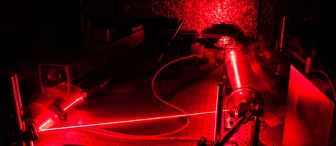 Laser in a quantum optic lab. © Shutterstock/lightpoet