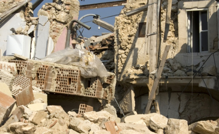 The rubble of a building destroyed by the earthquake in L'Aquila, Italy, in 2009. © Shutterstock/Fotografiche