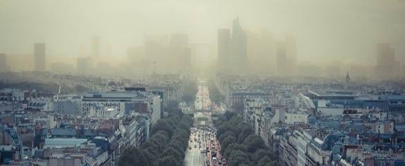 Air quality in Paris reached such dangerous levels in December 2016 that the government made public transport free in a last ditch effort to get cars off the road. Image credit: Damián Bakarcic/Flickr