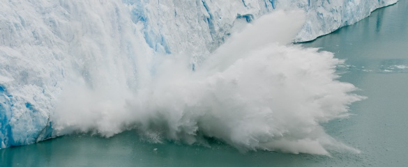 A large piece of ice collapses off of the edge of the Glacier Perito Moreno in Argentina, South America. Image courtesy of Calyponte, Wikimedia Commons
