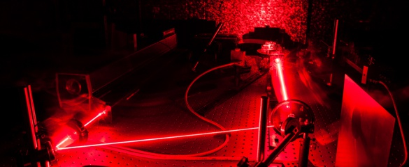Laser in a quantum optic lab. © Shutterstock/lightpoet