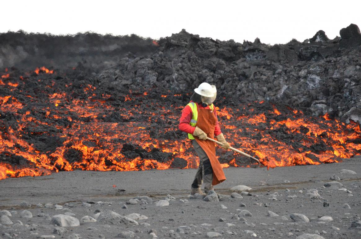 The Bárðarbunga volcano released so much magma that the crater collapsed by approximately two cubic kilometres. Researchers such as Paavo Nikkola from FUTUREVOLC went on-site in September 2014, shortly after the eruption started, to begin monitoring the volcanic activity and to test some of the lava. Image courtesy of FUTUREVOLC